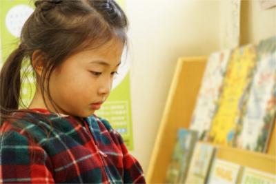 """""""見せて楽しむ""""デザインで、子どもの成長のきっかけになる絵本棚"""