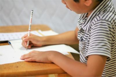 子ども用家具は学習用?お遊び用?どちらにも使用したい方におすすめの机とは
